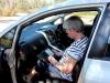 dus zij blijft haar E-Reader lezen, in de auto