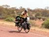 Maar op die stille weg halen we nog wel een eenzame fietser in