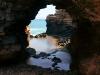 Even verderop is dit een grote grot, met een doorkijk naar zee