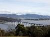 en deze enorm lange brug verbindt noord met zuid Hobart.