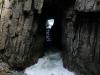 en de 'Remarkable Cave', waar het zeewater krachtig doorheen spoelt.