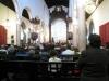 Natuurlijk lopen we bij zo'n kerk naar binnen en die is behoorlijk vol,