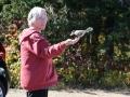 Op een stil zijweggetje bij het Opeongo Lake landt een vogel op Corry's hand,
