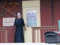 en ik fotografeer deze jonge vrouw toch maar niet van voren, want Amish willen meestal niet op de foto,