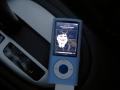 Maandag sluit ik de iPod op de autospeakers aan,