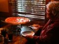 Later bestellen we maar één pizza, maar krijgen die kanjer toch niet samen op,