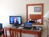 Bovendien kunnen we in onze kamer gewoon Nederlandse Kerstprogramma\'s op TV bekijken, als we willen.
