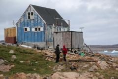 99 en als ik hier rondloop, maakt dit Inuitdorp in ieder geval ook nu al gauw een sombere, verlaten indruk op me