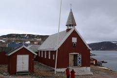 102 En in het hart van het dorp staat nog wel een mooi houten kerkje,