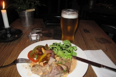127 en in het hostelrestaurant tref ik echt lekker IJslands eten, voor nog geen negen euro, inclusief dat biertje!