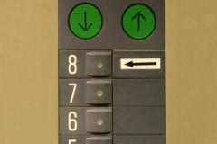 149 Helaas, ik heb al ontbeten, dus we praten wat en dan brengt hij me naar de lift van de 754 meter hoge kerktoren,