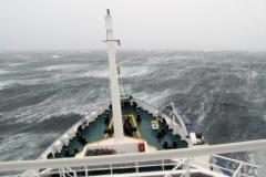 21 De Plancius moet nu opboksen tegen een steeds meer in kracht toenemende keiharde wind.