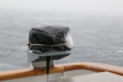 27 en in sneeuw, die overal op en tegenaan geblazen wordt. Geen wonder, want we varen nu in arctisch gebied!
