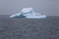 29 en vanuit de ontbijtzaal kijken we even later naar wat grotere ijsbergen,