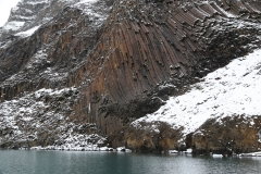 35 De lavakust toont zich hier met basaltspades die majestueus boven ons oprijzen,