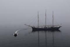 42 een driemaster die ook van Oceanwide Expeditions is en die hier door onze bemanning bevoorraad wordt.