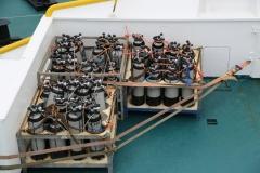 47 Er zijn duikflessen aan boord voor de twaalf duikers die nu gaan duiken in dit ijskoude water.