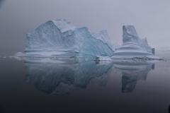 52 De motor van onze Zodiac wordt even uitgezet en dan drijven ijsbergen aan ons voorbij,