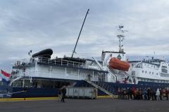 9 tot we bij dit Nederlandse schip in de haven van Akureyri aankomen: