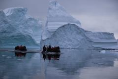 61 Toch is dit oponthoud weer snel vergeten als we nog meer ijsbergen zien spiegelen en met alle andere Zodiacs naar de kust varen,