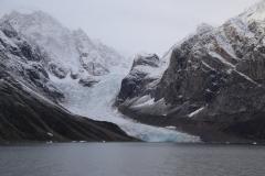74 Terug aan boord zien we 's middags hoge bergen en varen we langs enorme gletsjers