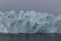 75 en grote, voorbijdrijvende ijsbergen.