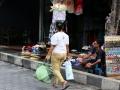 11 Onze vierde dag op Bali is nog maar net begonnen als zij weer gaat verkopen, met wat ze daarbij nodig heeft in haar handen en de spullen die ze wil verkopen op haar hoofd.