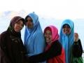 127 maar deze verlegen moslima-meiden willen toch wel op de foto