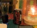 136 drinkt Corry een suikervrije Cola in een restaurantje met zeezicht