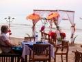 19 We eten 's avonds vorstelijk aan het strand, dichtbij ons onderkomen