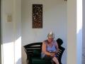 23 Corry leest nu veel via haar E-Reader op het balkonnetje