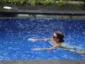 36 hoe het grote druppels  regent in ons zwembad.
