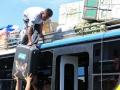 90 Onze koffers worden op het dak van een al volle bus getild