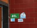 95 We geloven intussen bijna dat Indonesisch toch niet zó moeilijk is: hier is een deurbel gewoon BEL,