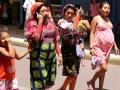 De volgende dag lopen we net als heel veel Indiaanse Kuna Yala vrouwen naar het stadscentrum