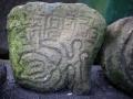 en daar zien we ook oeroude petrogliefen, bewerkte stenen.