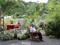 Corry geniet al lezend in de tuin van dit Sueños del Río (= 'Dromen aan de Rivier').