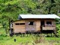 met houten huizen op palen