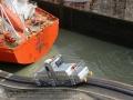 elk schip krijgt twee diesellocs als trekpaard voor, twee in het midden en twee achter (om als het water daalt, ook af te remmen),
