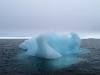 met steeds weer losgebroken gletsjerijs