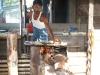 Een bakker bakt en verkoopt hier zijn brood,