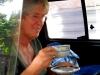 hij brengt ons zelfs thee in het taxibusje