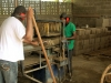 Dat gebeurt ook in een sociale werkplaats waar hout wordt bewerkt en stenen worden gemaakt:
