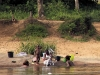 We werpen een laatste blik op de oevers met badende vrouwen en kinderen