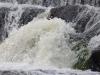 het water valt en stroomt hier met zoveel kracht,