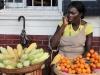 mooie vrouwen die hun waren aanprijzen en tegelijk mobiel bellen,