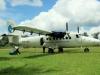 Bij Djoemoe brengt een vliegtuigje heel veel benzinevaten die gelost en verder vervoerd moeten worden met een korjaal