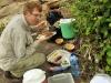 Onze gids Ronald neemt eten mee in de korjaal en dat smaakt prima aan de waterkant