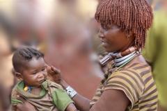 en deze moeder gunde zelfs haar kindje al een mooi 'mode-kapsel'!