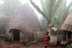 De volgende ochtend mogen we een kijkje nemen bij en in deze bijzonder gevormde hutten van de Dorze,